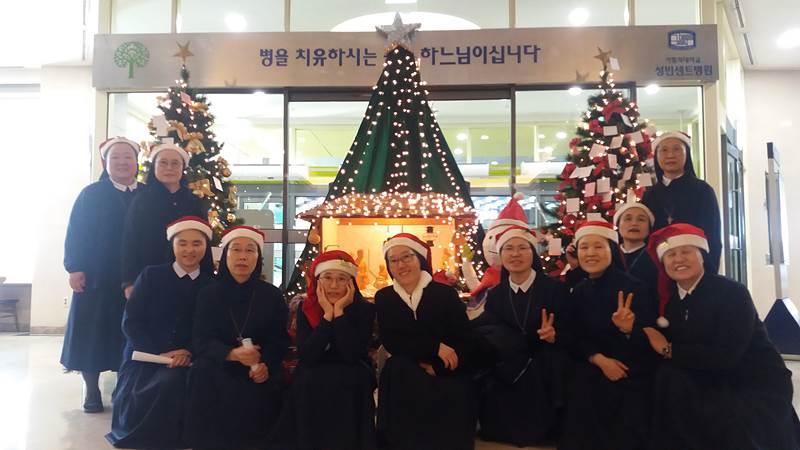 2019.12.01_성빈센트병원 병동에서 캐럴 부르는 수녀님들 모습입니다.